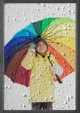 Ragazzo con l'ombrello in pioggia di inverno fotografia stock