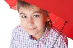 Ragazzo con l'ombrello rosso, sopra bianco immagini stock