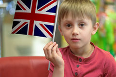 Ragazzo con la bandiera BRITANNICA Fotografie Stock
