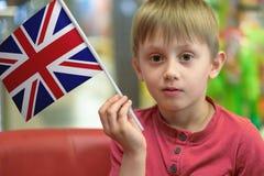 Ragazzo con la bandiera BRITANNICA Fotografia Stock