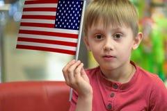 Ragazzo con la bandiera di U.S.A. Immagine Stock