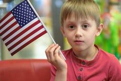 Ragazzo con la bandiera di U.S.A. Immagini Stock Libere da Diritti