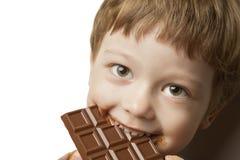ragazzo con la barra di cioccolato Fotografia Stock
