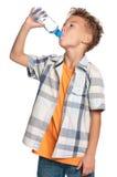 Ragazzo con la bottiglia di acqua fotografie stock