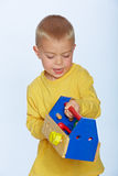 Ragazzo con la cassetta portautensili del giocattolo Fotografia Stock Libera da Diritti