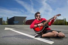 Ragazzo con la chitarra fotografia stock libera da diritti