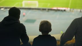 Ragazzo con la famiglia nervosa circa la partita di calcio, deludente con lo scopo mancante video d archivio