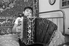 Ragazzo con la foto in bianco e nero della fisarmonica Immagini Stock