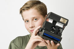 Ragazzo con la macchina fotografica su bianco Fotografie Stock