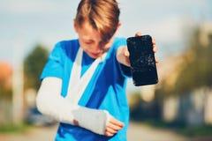 Ragazzo con la mano rotta fotografia stock libera da diritti