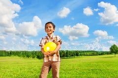Ragazzo con la palla di pallavolo nel parco Fotografia Stock Libera da Diritti