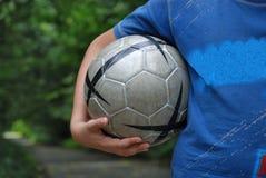 Ragazzo con la sfera di gioco del calcio Immagini Stock Libere da Diritti