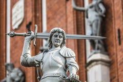 Ragazzo con la spada ed il drago; un dettaglio architettonico del noioso fotografia stock
