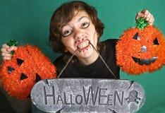 Ragazzo con la zucca, iscrizione di Halloween Fotografia Stock