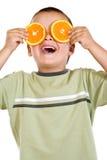 Ragazzo con le fette arancioni Fotografie Stock Libere da Diritti