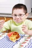 Ragazzo con le patate fritte Fotografia Stock Libera da Diritti