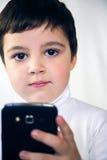 Ragazzo con lo smartphone bianco del fondo Immagini Stock