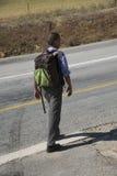 Ragazzo con lo Zaino che cammina alla scuola Immagine Stock
