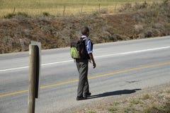 Ragazzo con lo Zaino che cammina alla scuola Fotografia Stock
