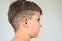 Ragazzo con taglio di capelli asimmetrico fotografia stock libera da diritti
