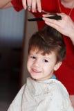 Ragazzo con taglio di capelli della madre Fotografie Stock Libere da Diritti