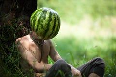 Ragazzo con un'anguria invece della testa Fotografie Stock Libere da Diritti