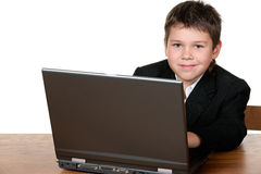 Ragazzo con un computer portatile fotografia stock libera da diritti