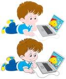Ragazzo con un computer portatile royalty illustrazione gratis