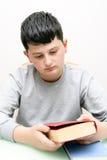Ragazzo con un libro Fotografie Stock Libere da Diritti