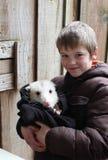 Ragazzo con un opossum fotografia stock