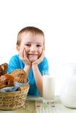 Ragazzo con un pane e un latte immagine stock