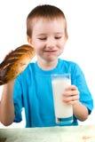 Ragazzo con un pane e un latte fotografia stock libera da diritti