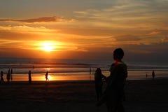 Ragazzo con un tramonto Fotografie Stock Libere da Diritti