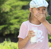 Ragazzo con un vetro di latte immagini stock