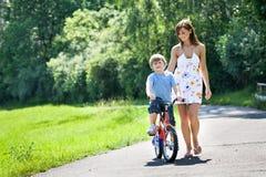 Ragazzo con una bicicletta Fotografia Stock Libera da Diritti