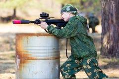 Ragazzo con una pistola che gioca il ce l'hai del lazer Fotografie Stock