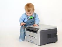 Ragazzo con una stampante Fotografia Stock Libera da Diritti