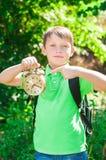 Ragazzo con uno zaino e un orologio in mani Immagini Stock Libere da Diritti