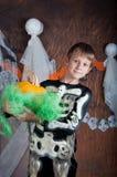 Ragazzo in costume di Halloween con la zucca arancio Fotografia Stock Libera da Diritti