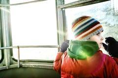 Ragazzo curioso in cabina di funivia fotografia stock libera da diritti
