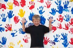 Ragazzo da Wall con Handprints immagine stock