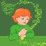 Ragazzo dai capelli rossi in una camicia verde con l'acetosella Immagine Stock