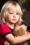 Ragazzo danneggiato triste con il giocattolo farcito Fotografia Stock