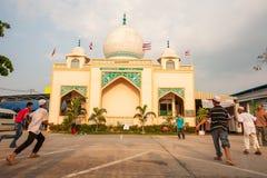 Ragazzo dei Tailandese-musulmani che gioca a calcio gioco davanti alla moschea antica fotografie stock libere da diritti