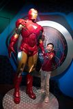 Ragazzo dei tussauds di signora del museo delle statue di cera di Ironman che posa con il modello 100% Immagine Stock