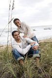 Ragazzo del African-American con il padre sopra alla spiaggia fotografie stock