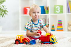 Ragazzo del bambino che gioca con l'automobile del giocattolo Fotografia Stock Libera da Diritti