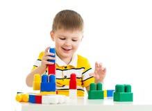 Bambino che gioca il giocattolo stabilito della costruzione Fotografie Stock Libere da Diritti