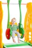 Ragazzo del bambino che gioca sulle oscillazioni fotografie stock libere da diritti