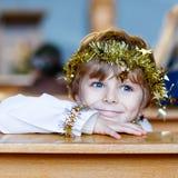 Ragazzo del bambino che gioca un angelo della storia di Natale in chiesa Immagini Stock Libere da Diritti